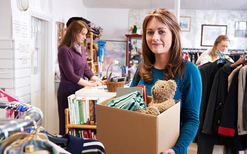 Frau mit gesammelten Spenden im Aktivcenter
