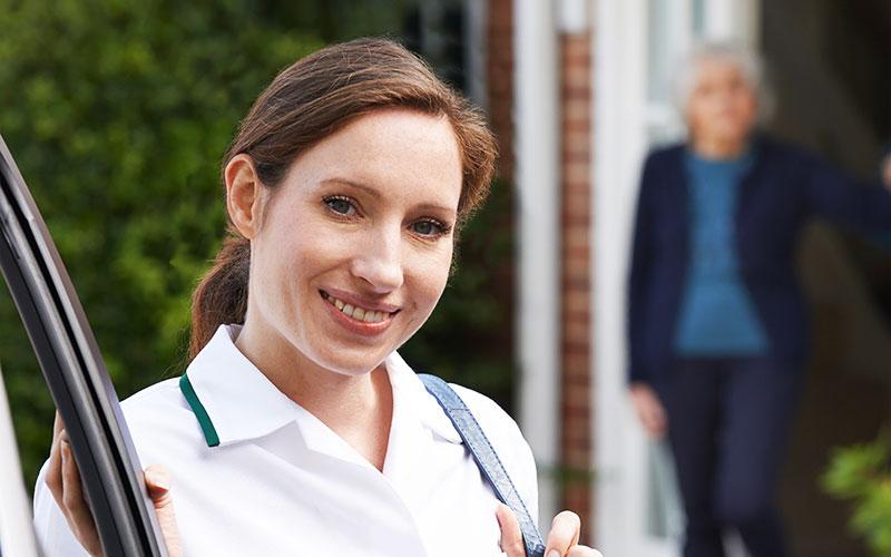 Pflegerin besucht Seniorin zuhause