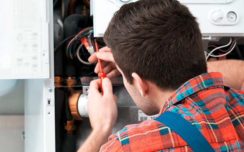 Elektrofachkraft bei einer Reparatur