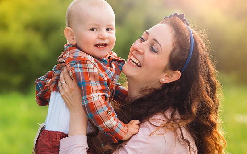 Junge Mutter mit Kleinkind