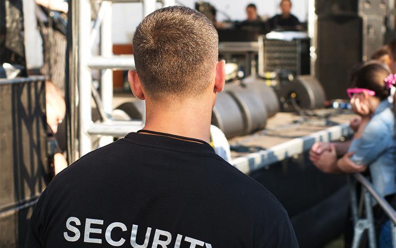 Wach- und Sicherheitsfachkraft bei einer Veranstaltung