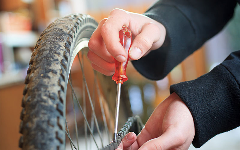 Reparatur an einem Fahrrad