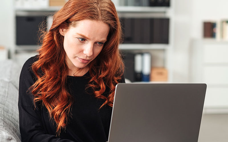 Junge Frau nutzt E-Learning am Laptop